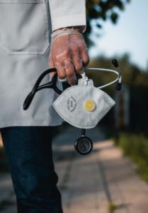 Czy koronawirus może być przyczyną ograniczenia praw pacjenta - lekarz z maseczka